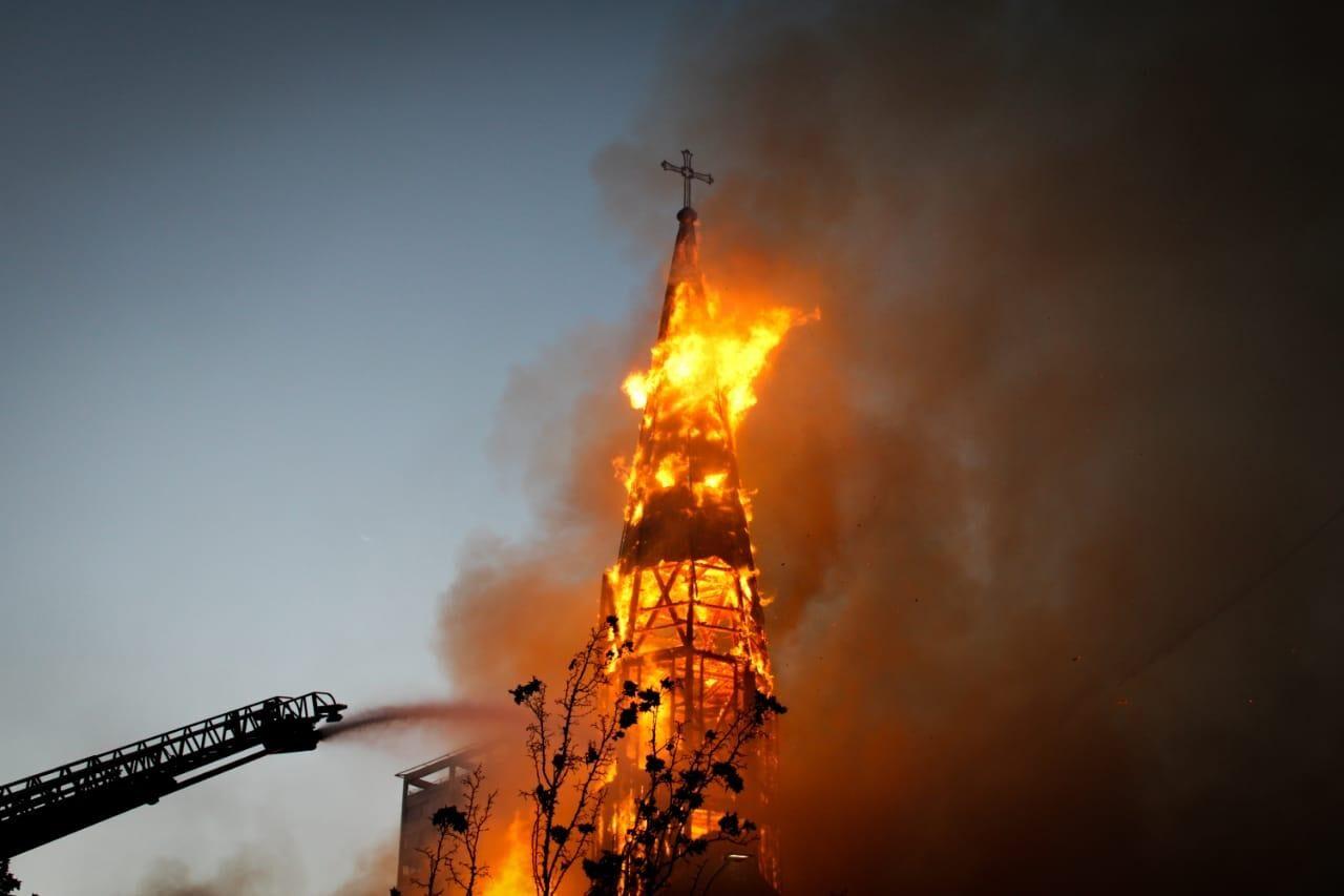 [VIDEOS] Incendian Iglesia Institucional de Carabineros