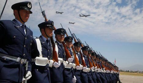 Detienen a dos funcionarios de la Fuerza Aérea por lanzar piedras a vehículo de Carabineros en Temuco