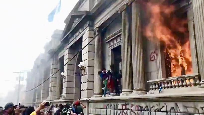 [VIDEO] Manifestantes queman el Congreso de Guatemala