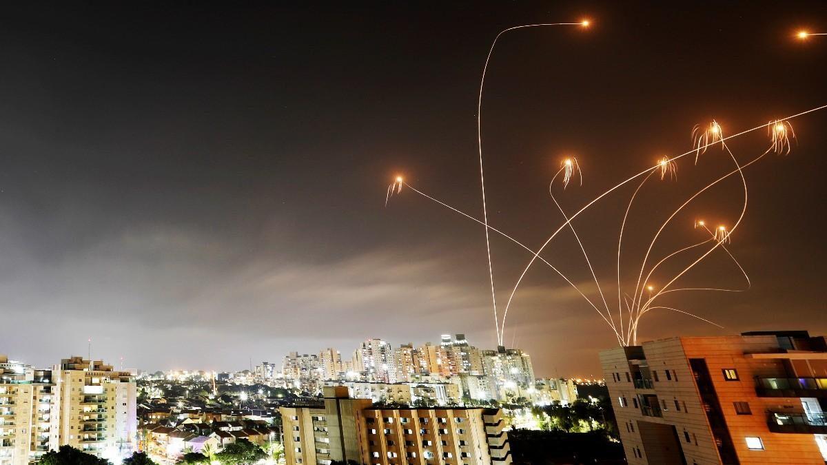 (VIDEOS) Más de 130 misiles lanzados por Hamás sobrevuelan Israel