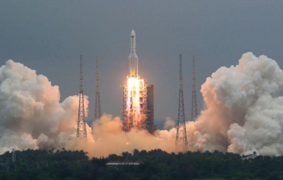 Los restos de un cohete chino cayeron en el océano y en aldeas africanas.