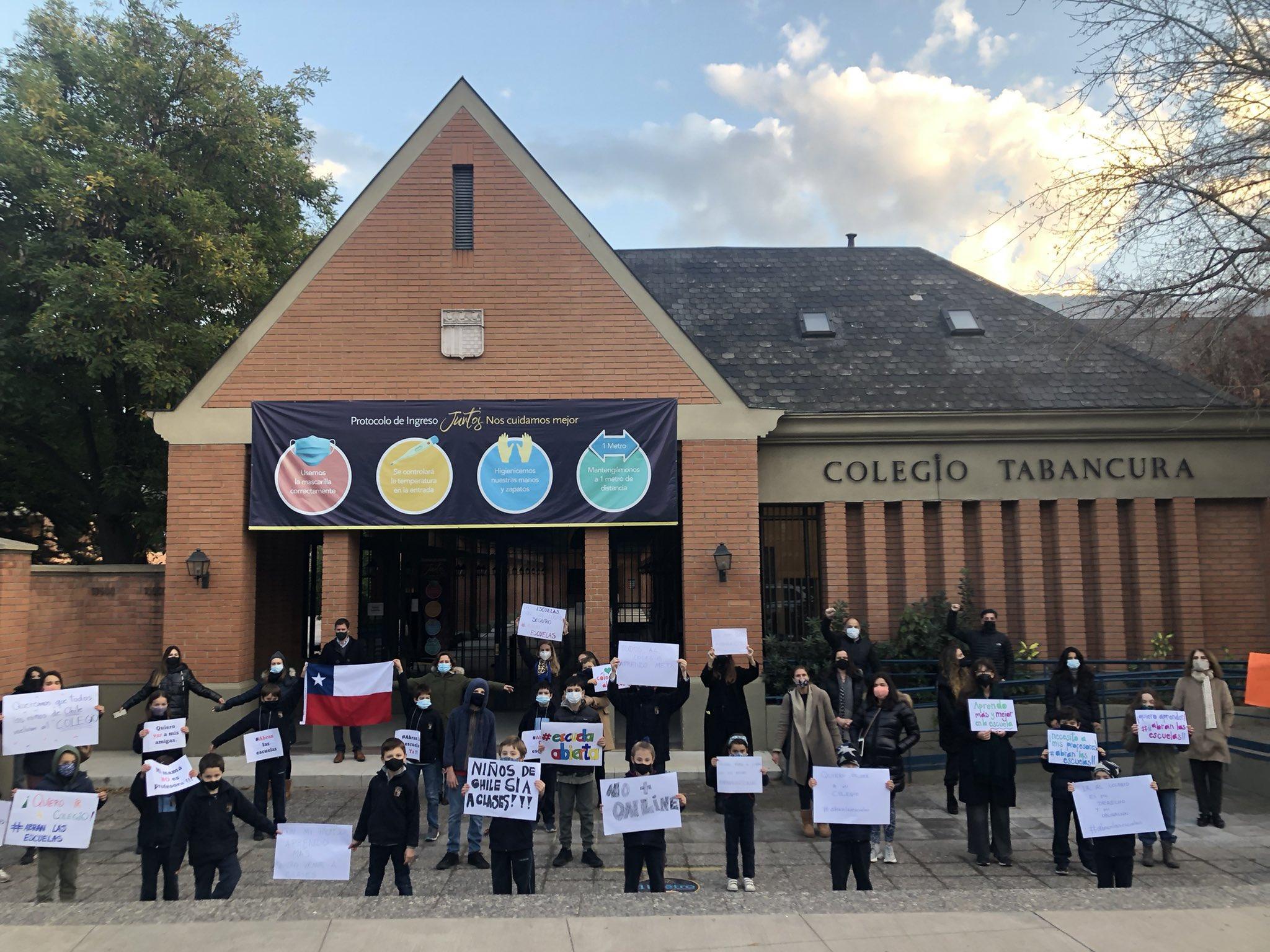 Apoderados y alumnos protestan para que se abran las escuelas